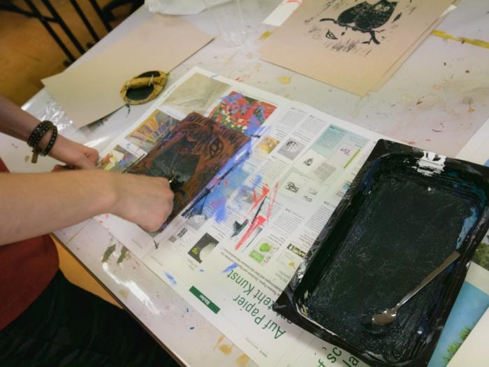 Linoleum - Lisa applying ink