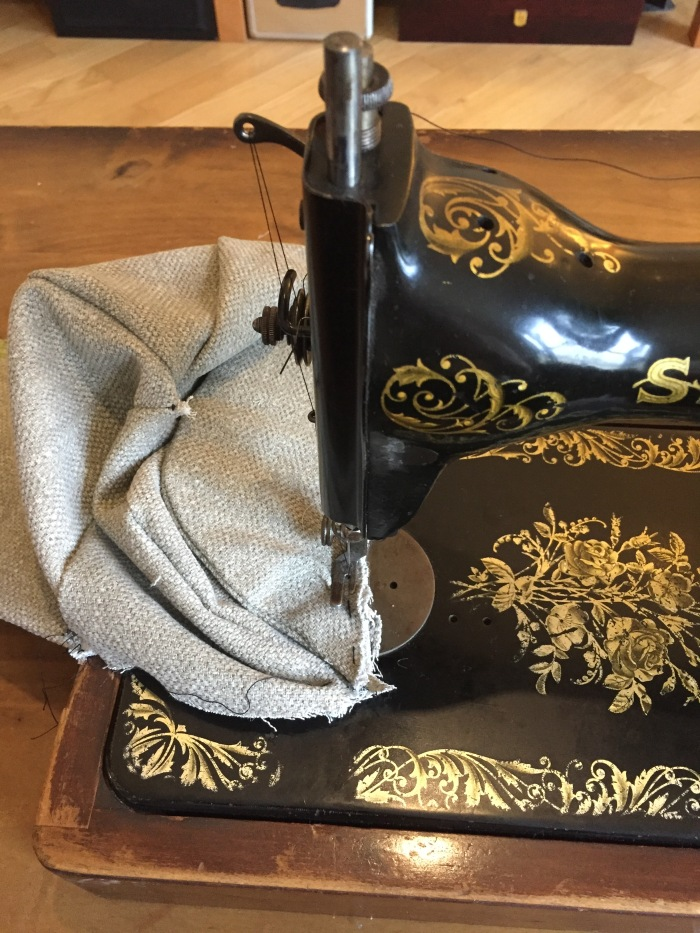 I sew a sherlock holmes hat with a 1927 Singer! - A deerstalker by Miss Coco