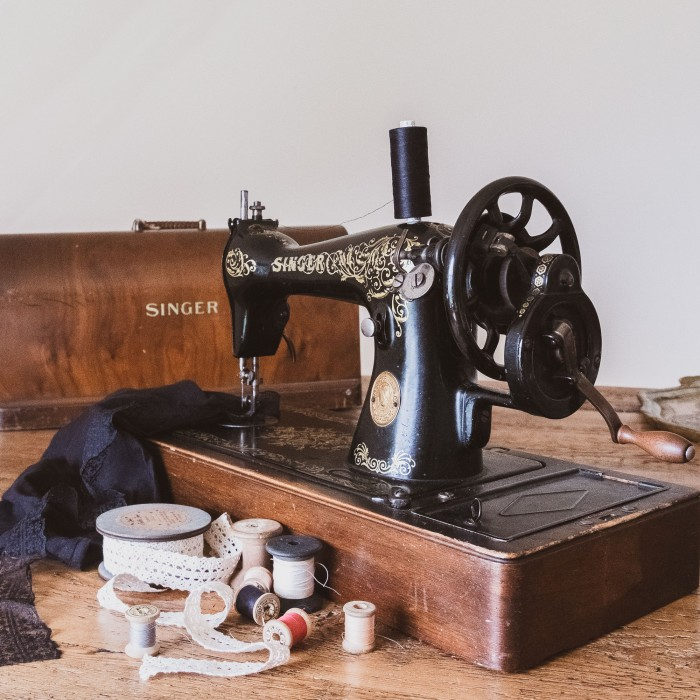 just another picture of my lifesaving Singer vintage sewing machine