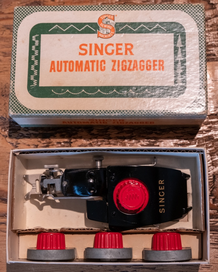 Singer automatic Zigzagger No 161102 in its box