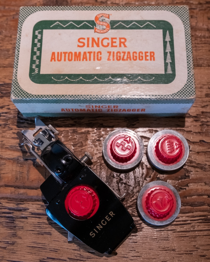 Singer automatic Zigzagger No 161102 - manufactured in 1956